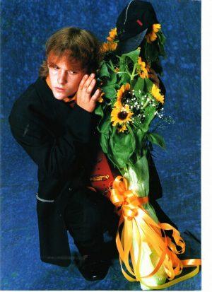 Brad Renfro holding flowers